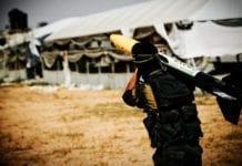 En terrorist fra Hamas bærer en angrepsrakett. (Illustrasjonsfoto: Zoriah / Flickr.com)