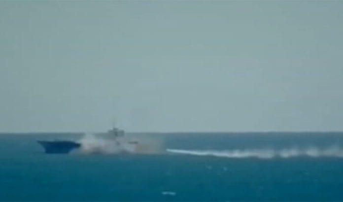 Her sprenger Iran modellen av et amerikansk krigsskip. (Foto: Skjermdump fra Press TV via Jpost.com)