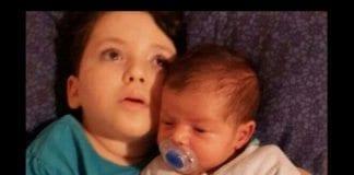 Adele Biton sammen med sin lillebror. (Foto: Privat, via jpost.com)