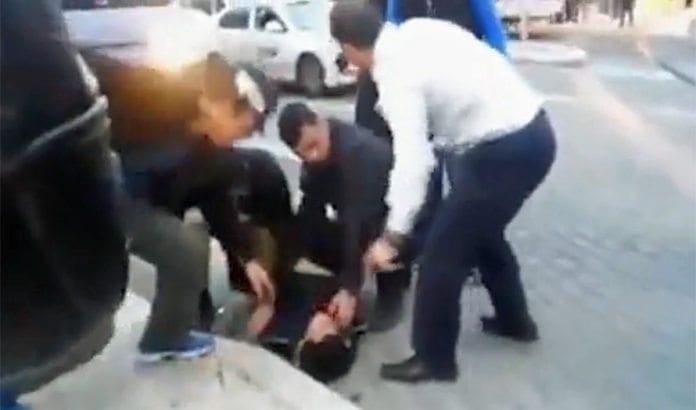 Borgermester Nir Barkat (i hvit skjorte) og sikkerhetsvaktene hans overmanner terroristen. (Foto: Skjermdump fra video tatt av en tilskuer, og publisert av Jerusalem Post)