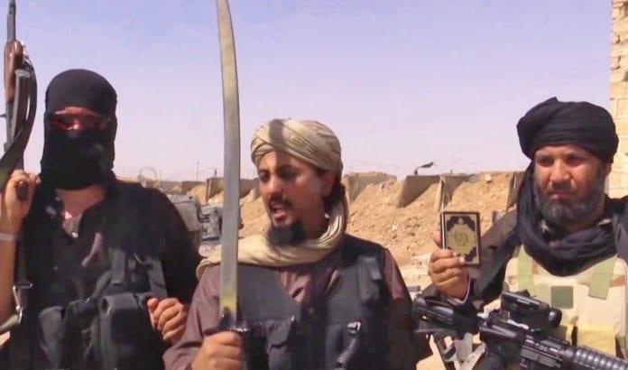 En israelsk tilbaketrekning fra Vestbredden vil føre de svartmaskerte soldatene til radikal islam innenfor noen meters avstand av israelske hjem med granater, raketter og tunnelutstyr, påpeker Matti Friedman. (Illustrasjonsfoto: Skjermdump fra en dokumentar om Islamsk Stat fra Vice News)