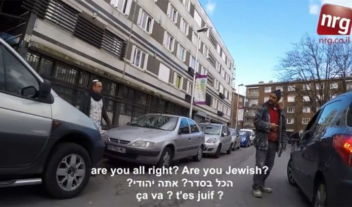 Reporter Zvika Klein fikk rystende reaksjoner da han gikk stille rundt i Paris med kippa på hodet. (Foto: Skjermdump fra NRG / YouTube)
