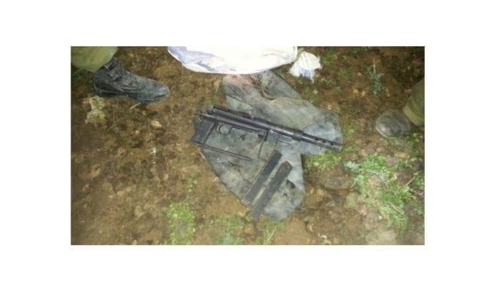 Skytevåpen som Shin Bet mener er brukt i terrorangrep, og ammunisjon. (Foto: Shin Bet)