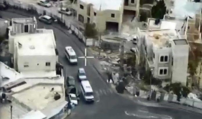 Skjermdump fra overvåkningskamera i Jerusalem under pågripelsen 9. februar. (Foto: Jerusalems bymyndigheter via Jpost.com)