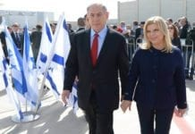 Benjamin og Sarah Netanyahu går om bord på flyet til USA på Ben Gurion-flyplassen i Tel Aviv søndag. To dager senere skal statsministeren tale til den amerikanske Kongressen. (Foto: GPO)