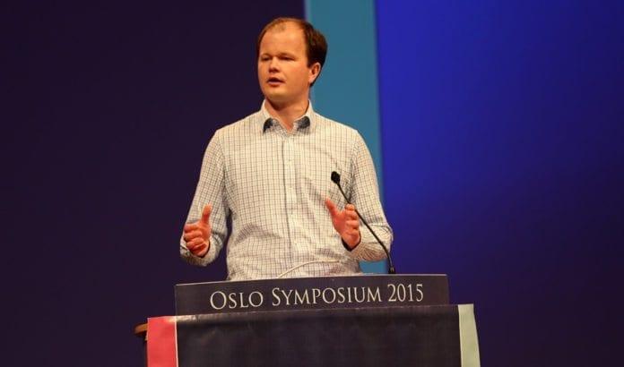Conrad Myrland taler på Oslo Symposium torsdag 19. mars 2015. (Foto: Tor-Bjørn Nordgaard)