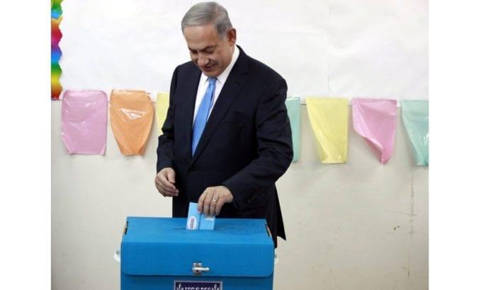 Netanyahu avgir sin stemme ved Knesset-valget tirsdag 17. mars 2015. (Foto: Statsministerens kontor / Facebook)