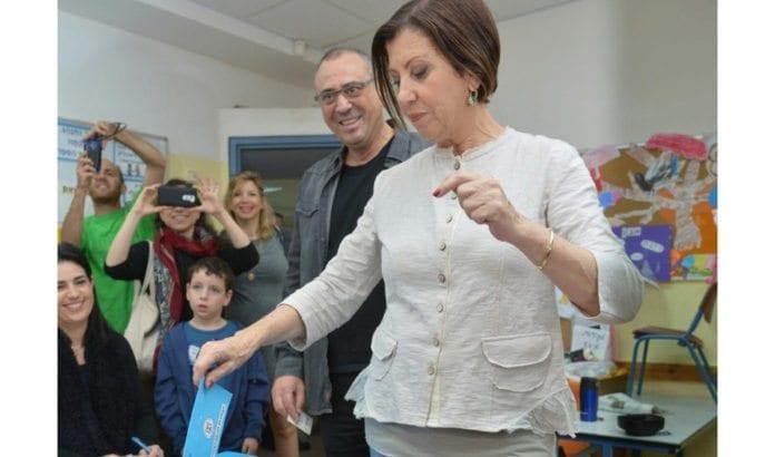 Meretz-leder Zehava Gal-On avgir sin stemme ved Knesset-valget 2015. (Foto: Meretz)