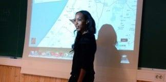 Efrat Shenkor underviser på Kvitsund Gymnas i Telemark mandag 23. mars. (Foto: Ido Cohen, Stand With Us)