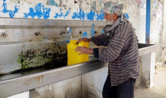 Gaza-innbygger fyller vann i en offentlig kran i Khan Younis. (Illustrasjonsfoto: Wikimedia Commons)