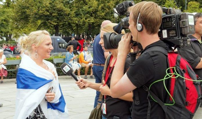 En deltaker på MIFFs støttemarkering for Israel 10. august 2014 blir intervjuet av TV2. (Foto: Aleksander Veksler)