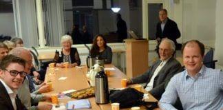 Noen av de nyvalgte styremedlemmer i MIFF Nord-Trøndelag, andre MIFF-medlemmer og daglig leder Conrad Myrland (t.h.) under stiftelsesmøtet 3. mars. (Foto: Geir Knutsen)