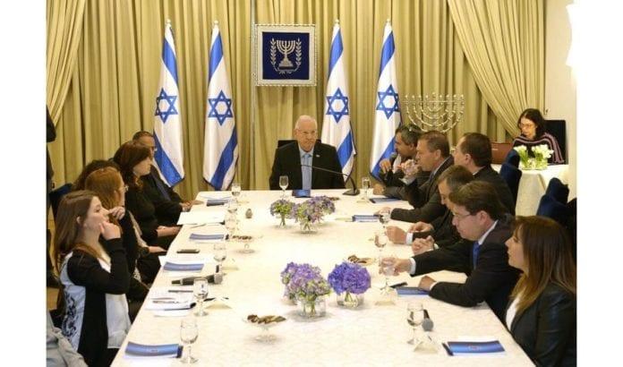 Israels president Reuven Rivlin i samtale med partidelegasjon. (Foto: GPO)