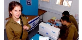 En kvinnelig IDF-soldat avgir sin stemme på militærbasen der hun er i tjeneste. (Illustrasjonsfoto: IDF / Flickr.com)
