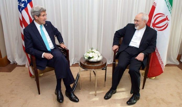 USAs og Irans utenriksministre John Kerry og Javad Zarif i samtale i forbindelse med atomforhandlingene. (Foto: Det amerikanske utenriksdepartementet / Flickr.com)