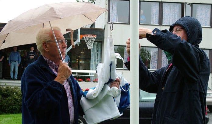 Gunnar Gravdahl (t.v.) hjelper Gabriel Edland å heise det israelske flagget under MIFF-landsmøtet i Ålesund i 2004. (Arkivfoto: Conrad Myrland)