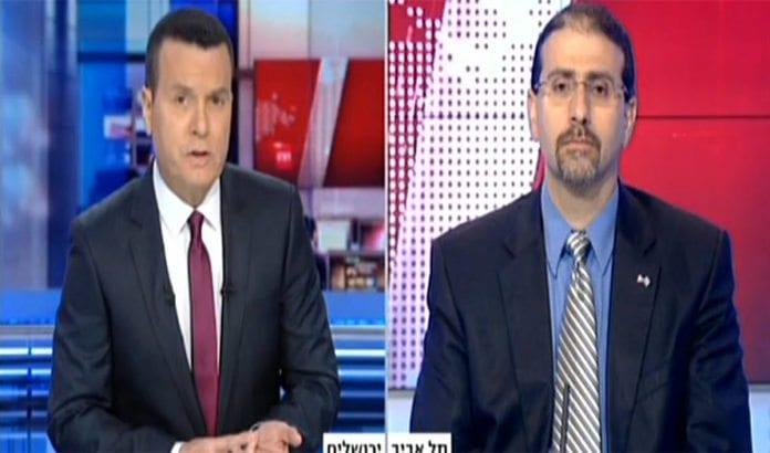 Nyhetsanker Jacob Eilon intervjuer USAs ambassadør til Israel, Dan Shapiro, på det engelskspråklige nyhetsmagasinet IBA News. (Foto: Skjermdump fra IBA News)