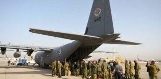 IDFs del av det israelske teamet går om bord på flyet til Nepal. (Foto: IDF)