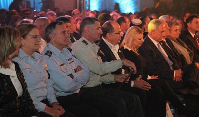 Fra en markering i forbindelse med minnedagen for falne soldater og terrorofre i Knesset tirsdag kveld. (Foto: Statsministerens kontor / Facebook)
