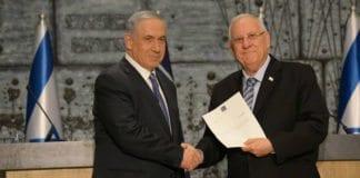 Statsminister Benjamin Netanyahu sammen med president Reuven Rivlin da Netanyahu fikk oppdraget å danne regjering etter Knesset-valget i 2015. (Foto: Statsministerens kontor / Flickr.com)