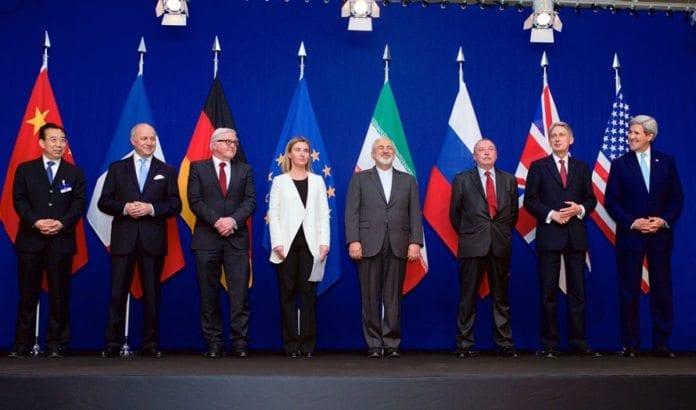 Representanter fra P5+1landene og Iran poserer etter at rammeavtalen om Irans atomprogram ble lagt fram 2. april i Lausanne, Sveits. (Foto: USAs utenriksdepartement / Flickr.com)