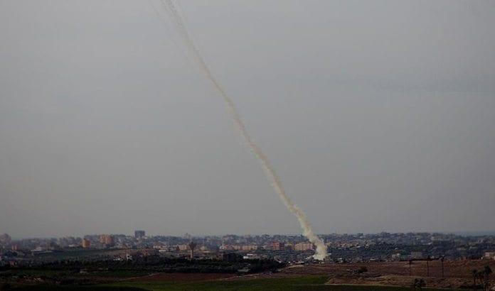 En rakett avfyrt fra Gaza på vei mot Israel. (Illustrasjonsfoto: IDF / Flickr.com)
