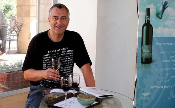 Svein O. Hauge forklarer hvordan du får tak i israelsk vin gjennom Vinmonopolet. (Foto: Privat, fra Facebook-gruppen Mer vin fra Israel på Vinmonoplet!)