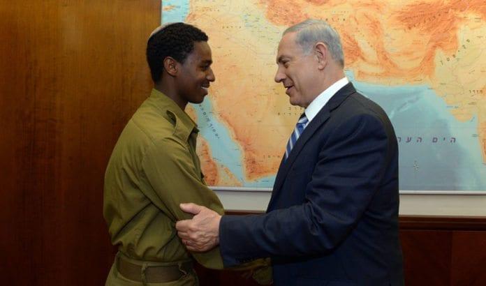 Benjamin Netanyahu og den etiopisk-israelske soldaten Damas Pakada møttes mandag 4. mai. (Foto: GPO)