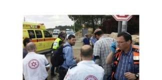 Ambulansepersonell på stedet etter påkjørselen utenfor Alon Shvut torsdag. (Foto: Gush Etzion kommune)
