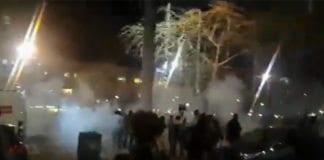Opptøyer under demonstrasjonen på Rabin Square i Tel Aviv søndag kveld. (Foto: Skjermdump fra nett-tv på Ynetnews.com)