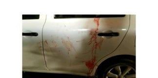 Blodflekker på bilen som ble angrepet. (Foto: Tazpit, via ynetnews.com)