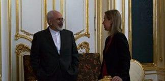 Irans utenriksminister Javad Zarif og EUs utenrikssjef Federica Mogherini i samtale under atomforhandlingene i Wien 9. juli 2015. (Foto: EEAS)
