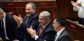 """Både Avigdor Lieberman og Benjamin Netanyahu applauderer """"den mini-norske loven"""". Dette bildet ble tatt da de applauderte Canadas statsminister Stephen Harper i januar 2014. (Foto: Amos Ben Gershom, GPO)"""