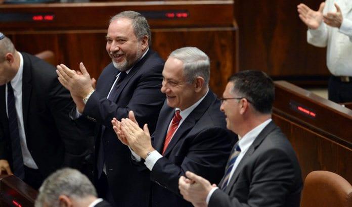 Både Avigdor Lieberman og Benjamin Netanyahu applauderer