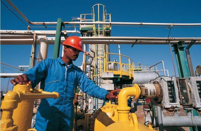 En egyptisk arbeider på et naturgassanlegg. (Illustrasjonsfoto: Eni)