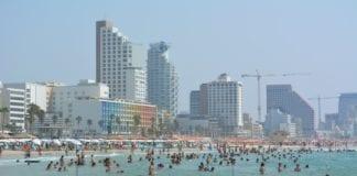 Israelere og turister trives på stranda i Tel Aviv (Foto: Geir Knutsen)