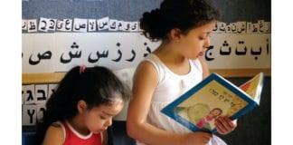 Barn leser sammen på den tospråklige skolen Hagar i Beersheba. (Illustrasjonsfoto: Jewish-Arab Education for Equality, via jpost.com)