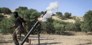 Terrorister i Gaza avfyrer en granat mot Israel. Bildet er tatt 29. mai 2015, og mennene tilhører DFLP. (Illustrasjonsfoto: Flash90)