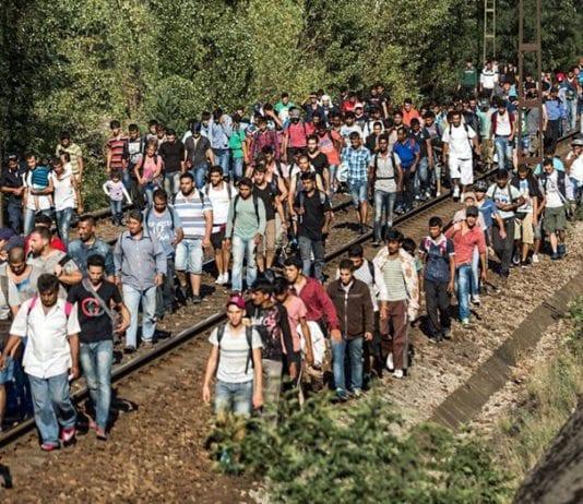 Syriske flyktninger går langs jernbanelinjene vest for Budapest. (Illustrasjonsfoto: Freedom House, flickr)