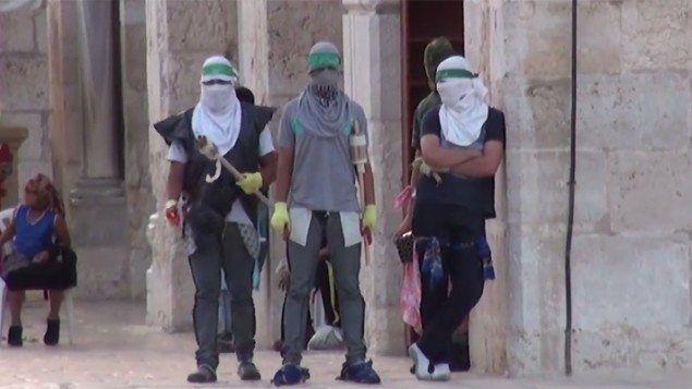 Skjermdump fra film publisert av israelsk politi. Bildet skal vise islamistisk ungdom som forbereder seg på konfrontasjon med politiet.