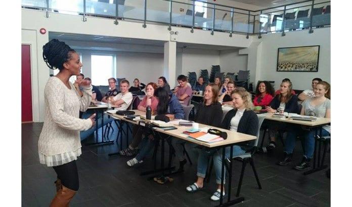 Ashager Araro (24) underviser jevnaldrende norske ungdom på en skole i Tromsø. (Foto: Kjetil Ravn Hansen, MIFF)
