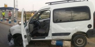Bilen som krasjet inn i to israelere i Gush Etzion 20. oktober 2015. Den palestinske sjåføren kom ut av kjøretøyet bevæpnet med en kniv, men ble stanset i sitt angrep da han ble skutt og drept. (Foto: Magen David Adom, via Ha'aretz)