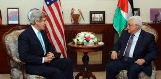 """John Kerry får kritikk for å true med """"en eksplosjon i regionen"""" hvis USA flytter ambassaden til Jerusalem. Her er den avtroppende utenriksministeren i samtale med Mahmoud Abbas i Jordan 26. mars 2014. (Illustrasjonsfoto: Det amerikanske utenriksdepartementet / Flickr.com)"""