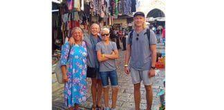 Familien Nærbøe i gamlebyen i Jerusalem omlag to timer før de ble vitne til terrorangrepet. Til høyre Pål Nærbøe (24). (Foto: Privat)