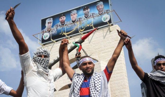 Palestinske menn holder kniver på en demonstrasjon mot Israel i Rafah sør på Gaza-stripen 20. oktober 2015. (Foto: Abed Rahim Khatib, Flash90)