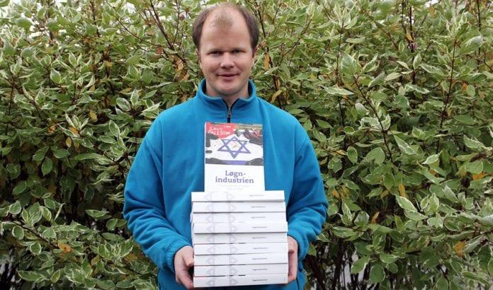 Conrad Myrland, daglig leder i Med Israel for fred (MIFF), leverte boken Løgnindustrien på Stortinget. (Foto: MIFF)