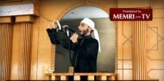 Predikant i moské i Gaza viser fram bombebelte og oppfordrer til selvmordsaksjoner mot israelere. (Foto: Skjermdump fra MEMRI / YouTube)