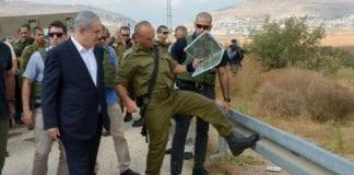 Tirsdag besøkte Netanyahu åstedet for dobbeldrapet på ekteparet Henkin torsdag 1. oktober. (Foto: GPO)