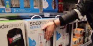 """Klistremerker på emballasje kan skade og forringe verdien til et produkt. Straffeloven bruker uttrykket """"tilsmussing"""". (Skjermdump fra BDS Norges video)"""