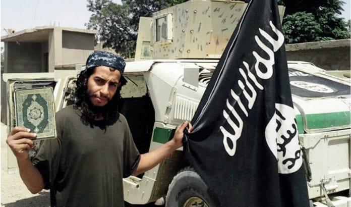 Terroristen Abdelhamid Abaaoud fra Den islamske staten ville ha angrepet jøder i Frankrike neste gang. (Foto: Skjermdump fra IS-publikasjon via Times of Israel)